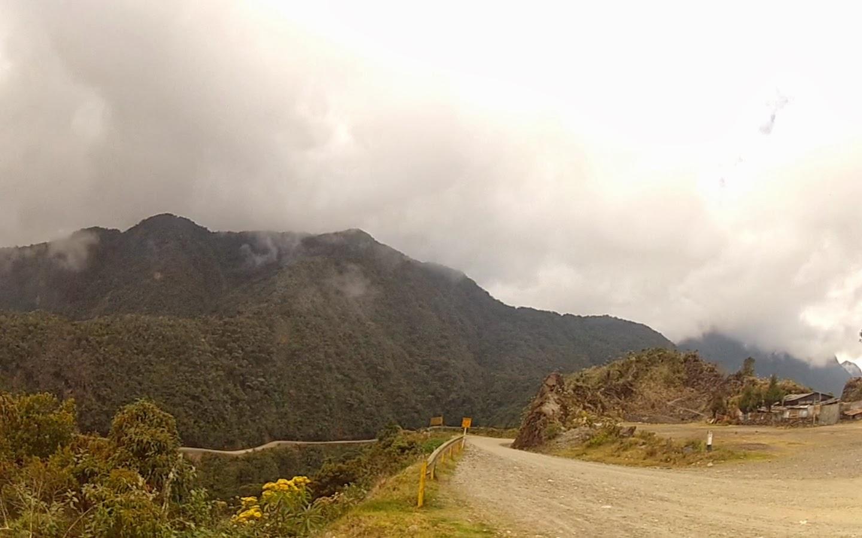 Estrada cortando a montanha ao longe.