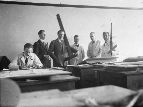 https://digitaltmuseum.se/011015022958/gruppbild-av-sex-unga-man-i-en-ritsal-med-vinkellinjaler-och-ritbord-david