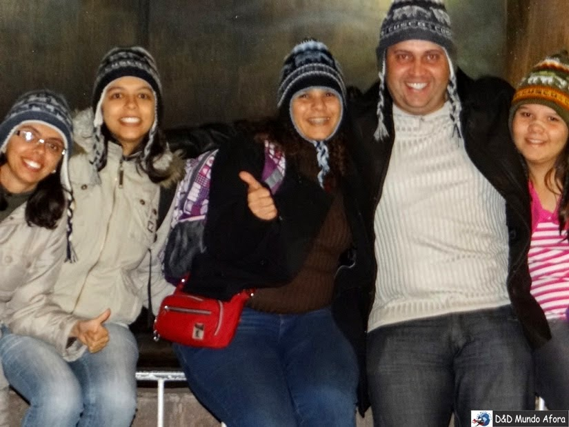 Todos nós de touquinhas compradas no primeiro dia em Cuzco - O que fazer em Cusco (Peru)