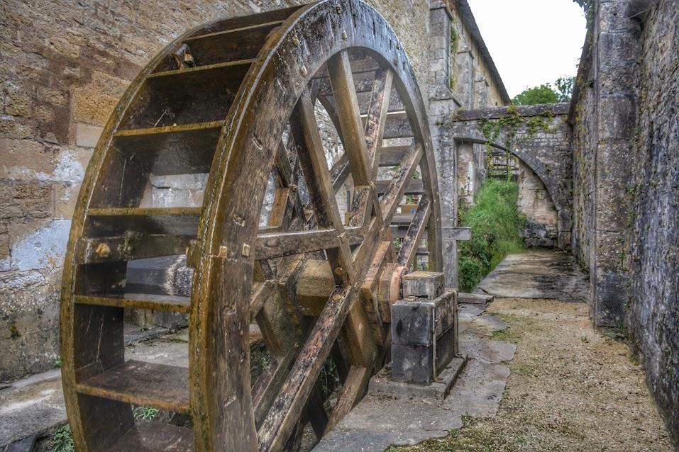 Rueda hidráulica en la forja de la Abadía Cisterciense de Fontenay