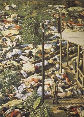 Jim Jones persuadiu mais de 900 pessoas ao suicídio