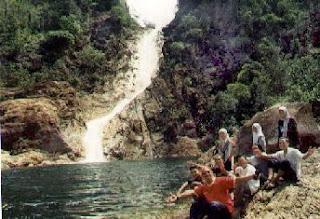 Berkelah di tepi air terjun ialah bersantai yang terbaik