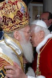 un ósculo de paz entre Bartolomé I y Benedicto XVI