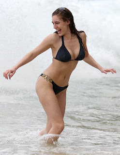 Kelly Brook's Nice Curve In Black Tiny Bikini