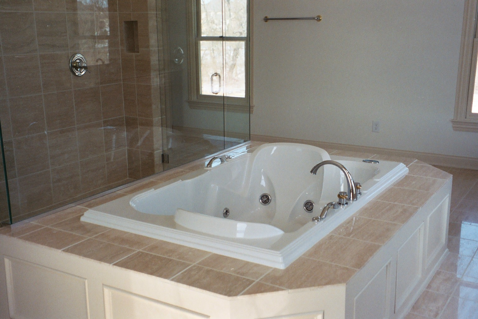 Bathroom design with jacuzzi tub home decorating ideasbathroom interior design - Bathroom designs with jacuzzi tub ...