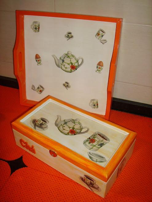 caixa de chá e tabuleiro