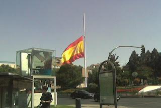 Resultado de imagem para bandeira de espanha a meia-haste