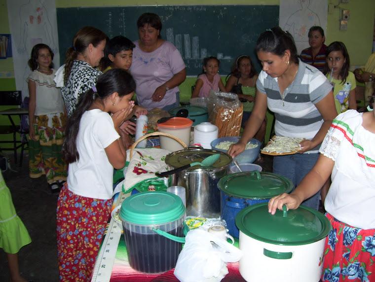 Los padres de familia participaron elaborando comidas tradicionales en la celebración de las fiesta