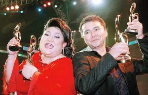 ADIBAH Noor bersama Azlan Abu Hassan menjulang trofi yang dimenangi pada Anugerah Juara Lagu ke-21 di Stadium Bukit Jalil, Kuala Lumpur, malam tadi. – Gambar FATAH SULAIMAN