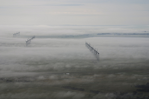 Vista do parque eólico na cidade em um dia de neblina