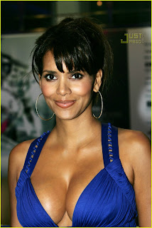 halle_berry_cleavage