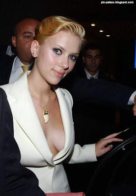 scarlett johansson hot deep neck cleavage pictures scarlett johansson