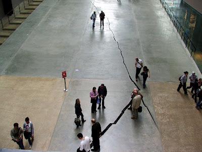 Instalação de Doris Salcedo na Tate Modern, Abril 2008, ©António Baeta Oliveira