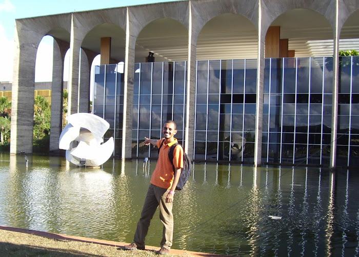 Palácio do Itamaraty e o meteorito.
