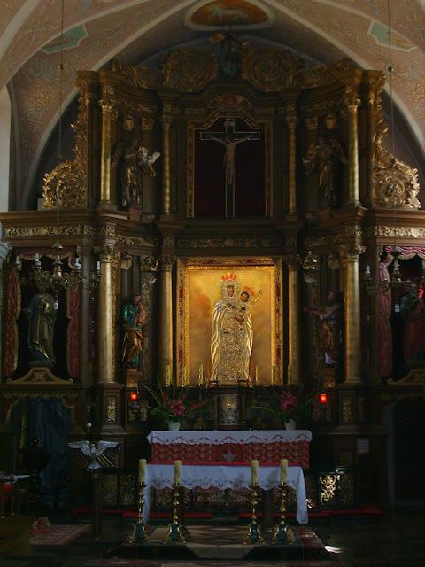 Stoczek Klasztorny. Ołtarz główny /Obraz Matki Bożej Królowej Pokoju/, organy, legenda