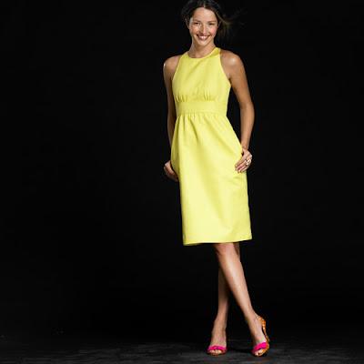 Vestido verde con zapatos amarillos