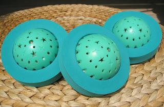 3 øko-bolde på en taburet af flettede palmeblade
