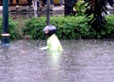 Motocyklista w deszczu