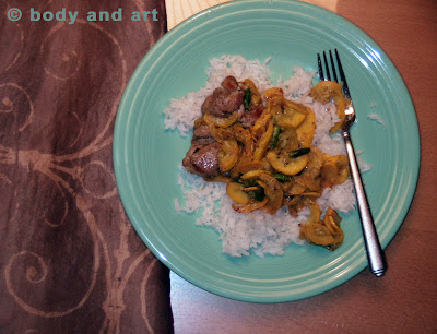 ROBBY ROBINSON'S DIET - HEALTHY MEALS - REAL BODYBUILDING FOOD YELLOW SQUASH WITH DARK CHICKEN CHUNKS OVER STEAMED JASMIN RICE