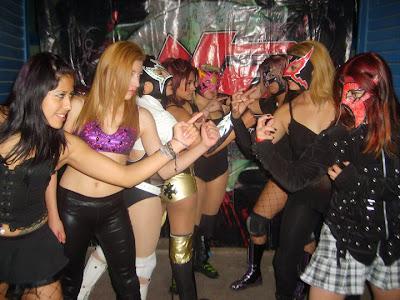 The luchadoras of Desastre Total Ultraviolento - DTU