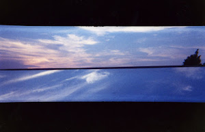 Una ventana corta el atardecer de Archway