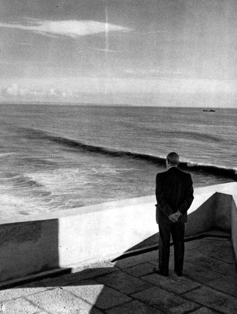 [salazar a ver o mar.jpg]