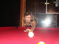 Dayana aprendiendo a jugar al pool