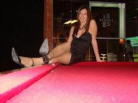 Dayana sentada en mesa de pool