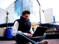 hombre blogueando