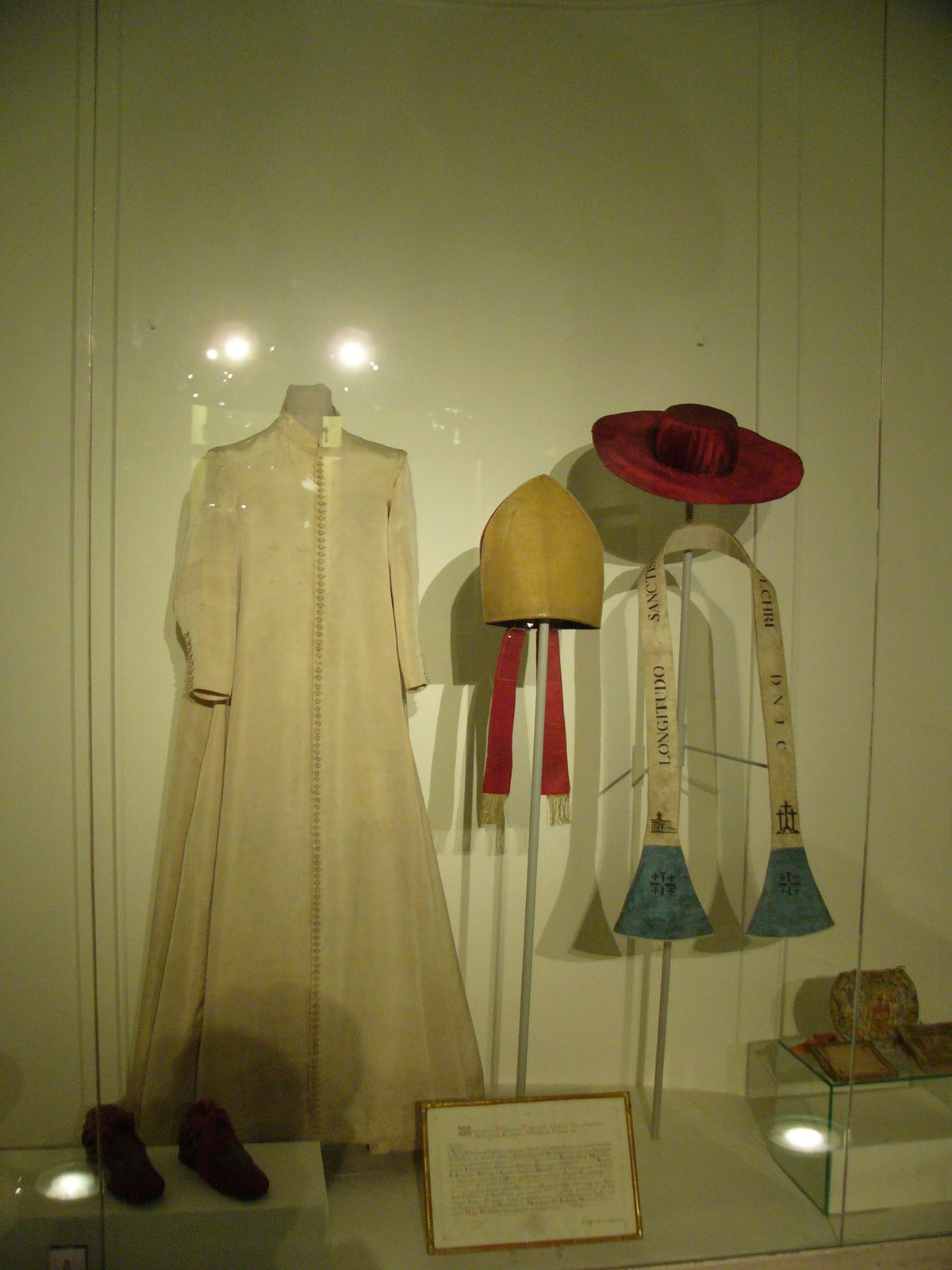 [Charles_Borromeo_clothes_in_Karlskirche.jpg]