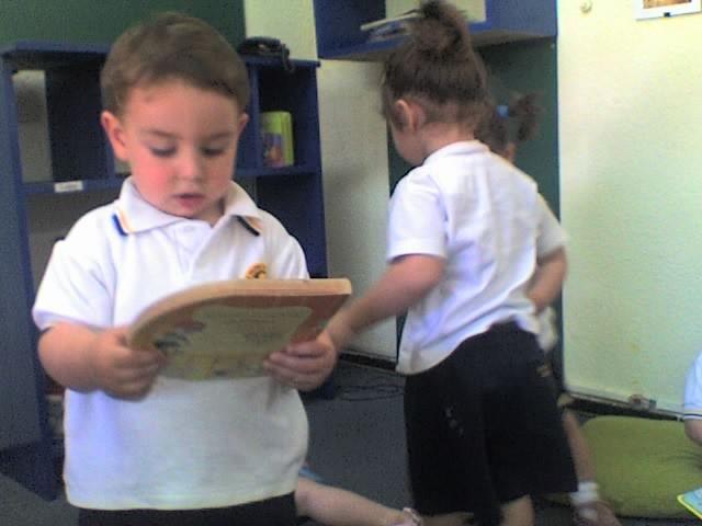Vicente tiene dos años y va a la Bebeteca a buscar su libro, su compañera también.