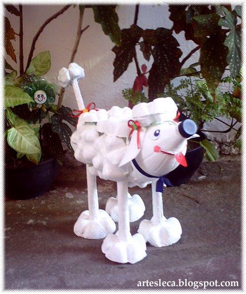 Cachorro branco feito com garrafas PET de frente