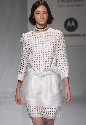 9804783a0 ... posteriormente desenvolveu uma coleção de camisetas para a Hering e  lançou uma linha de jóias em parceria com a indústria Denoir. As roupas do  estilista ...