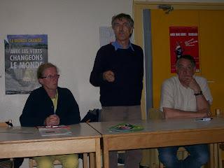 Alain Lipietz avec le candidat aux législatives à Hennebont Michel Rolland à sa gauche et sa suppléante Martine Auffret à sa droite