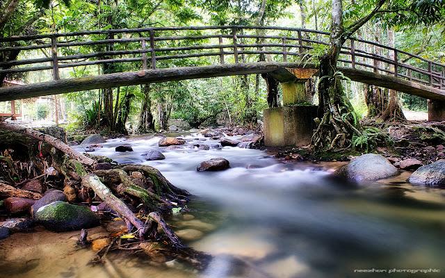 Jeram dengan jambatan kecil ala Jepun