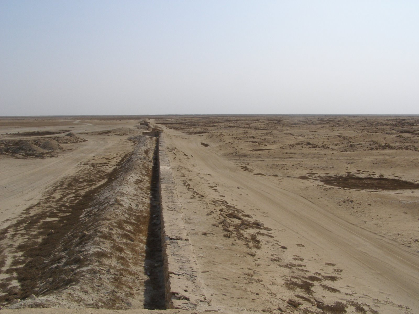 [Al+Zubarah+town+outside+wall1.JPG]