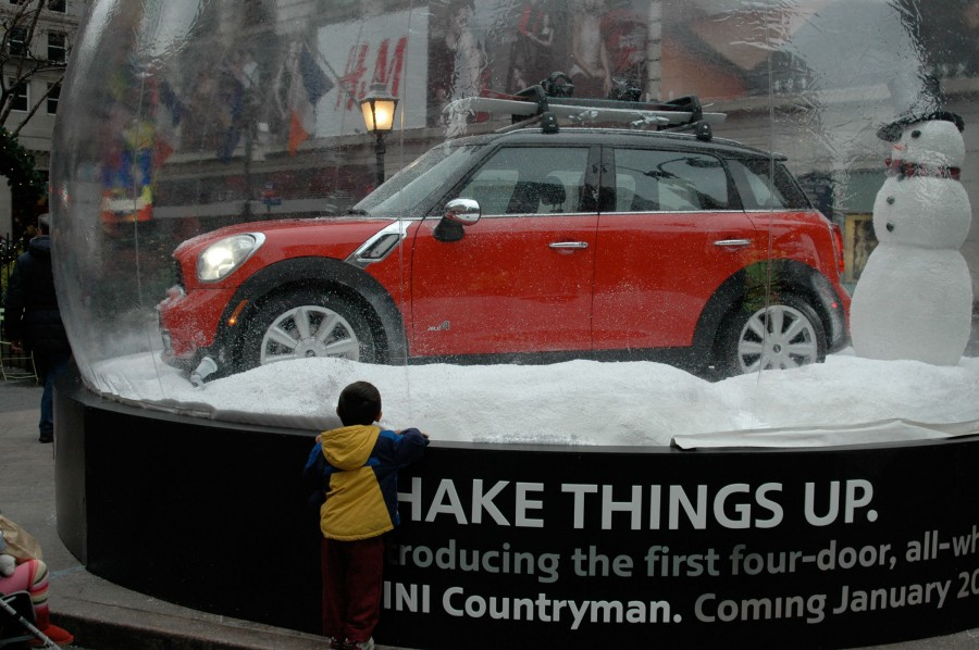 automobiles car show the mini countryman in a giant. Black Bedroom Furniture Sets. Home Design Ideas