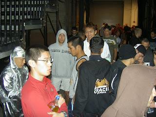 Nicolas, sweat à capuche gris, concentré au milieu des autres combattants