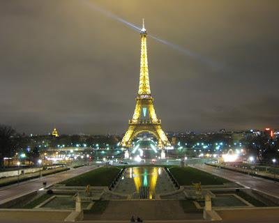 torre-eiffel-en-paris-francia-iluminada-por-la-noche