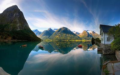 cielo-y-montañas-reflejadas-en-un-lago