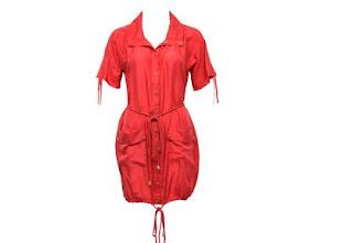358c9730d456 Denne røde skjortekjolen har lange røde tsnorer rundt ermene og livet.  Anntreket har lommer og knapper foran