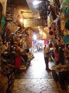 corredor de venda de chapéus na Feira de São Joaquim
