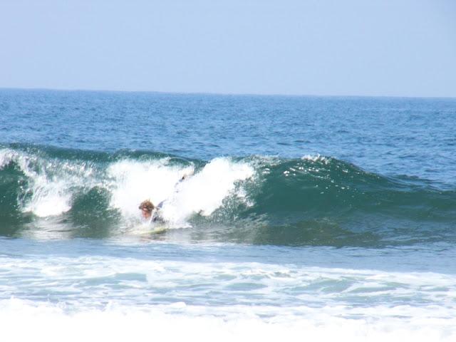 sesión del 9 de abril del 2007 - sopelana - www.surf30.net - tras tres días de plato hoy a la mañana, en media marea bajando, a habido algo, aunque más parecido a nada. las olas o mejor dicho las nano-olas eran de menos de un cuarto de metro y con apenas fuerza.