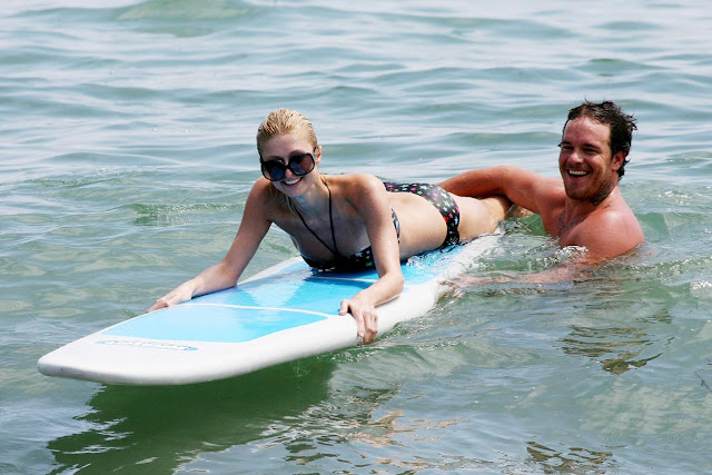 Paris Hilton surfeando en Malibú