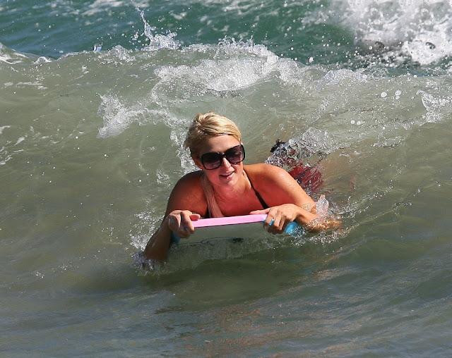 paris hilton se ha pasado del surfing al corcho!