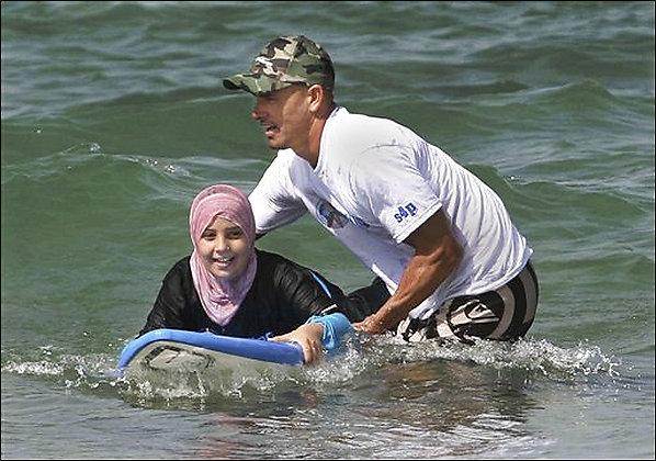 kelly slater detenido por la policía de israel