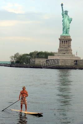 surf30_laird_hamilton_estatua_libertad_nueva_york2