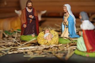 放在圣诞树下的马槽