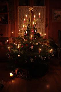 亮了蜡烛的圣诞树