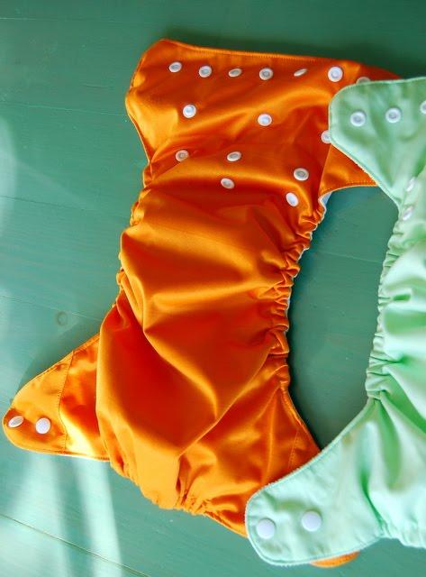 Σε κάποιες το εσωτερικό ύφασμα fleece μοιάζει με αυτό που έχουν οι  bumgenius και θεωρώ ότι ειναι το καλύτερο. Στη φωτογραφία η πορτοκαλί πάνα  έχει τέτοια ... 8588cd0f9b6